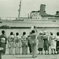 1372. Steamer leaving off the pier of Kobe